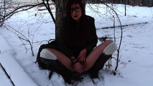 Teen fucking herself and squirtiing in public