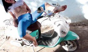 War so geil,dass ich eine Pause machen musste und spritzte auf mein Moped